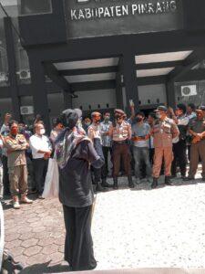 Photo Nurul Huda saat orasi depan kantor dinas pendidikan kab. Pinrang
